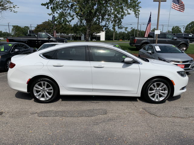 Chrysler 200 Limited >> Pre Owned 2015 Chrysler 200 Limited Limited 4dr Sedan In